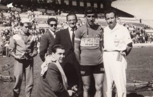Criterium de Zaragoza en la Romareda. Antonio Bonacho (izq), Baltasar Ramos (4º izq) y Bahamontes (5º izq)
